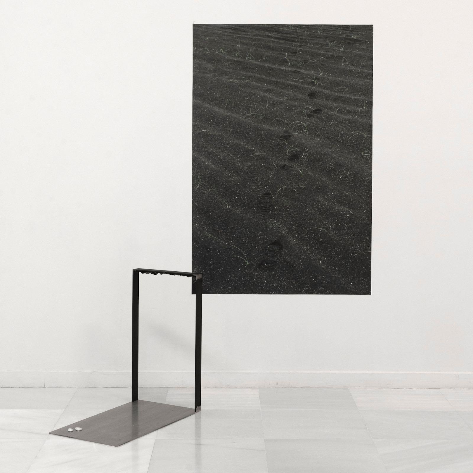 """Moreno&Grau, S/T del proyecto """"Inhabit"""", 2018. Acero, líquenes, galio solidificado, fotografía digital sobre papel fotoquímico. Fotografía: 100x150 cm. Escultura metal: 70x70x50"""