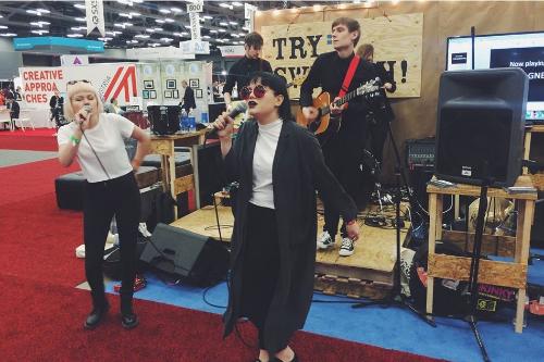 The Magnettes live i den svenska montern på Austin Convention Center