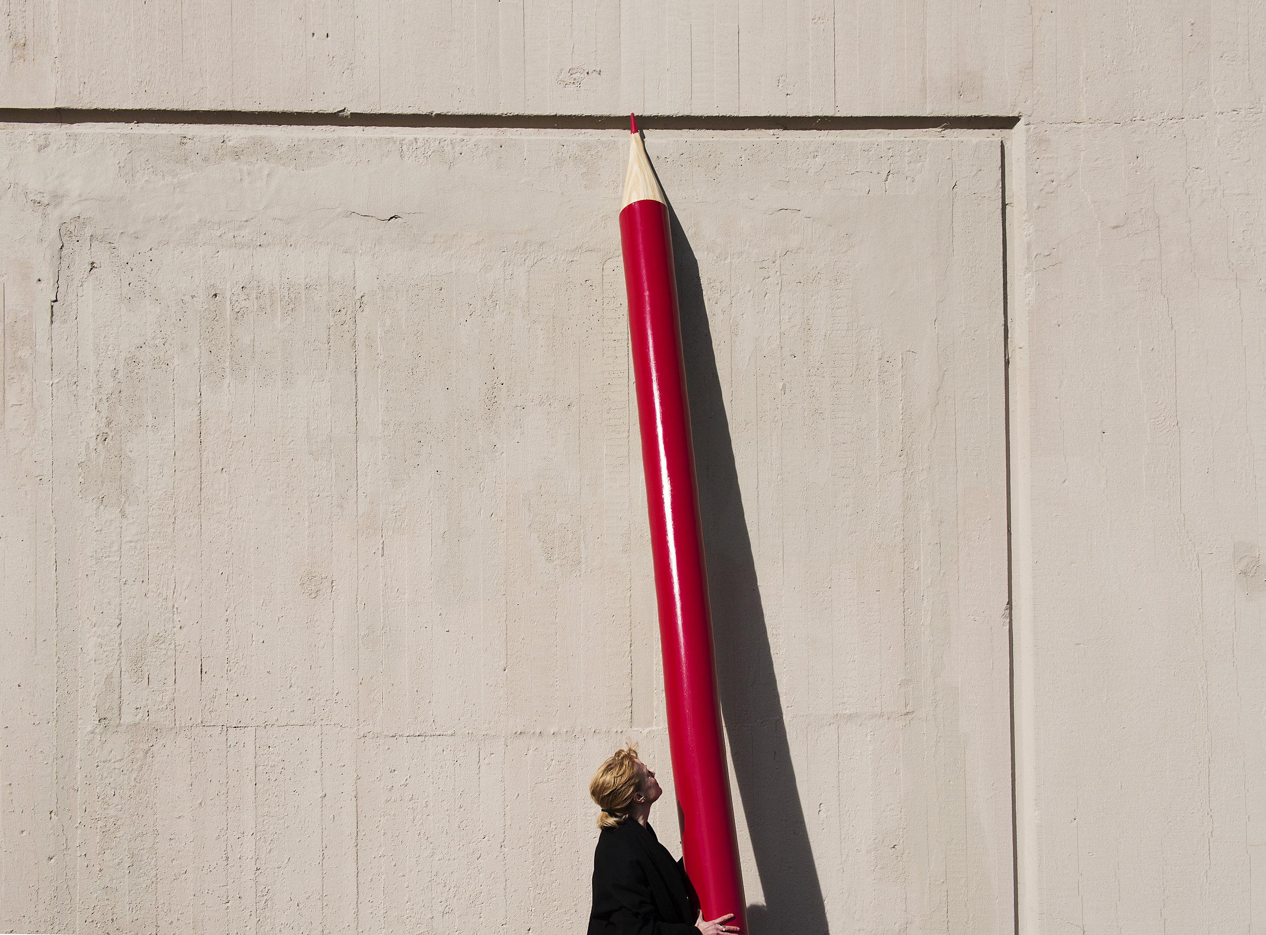 Anna Karinsdotter, konstnärlig chef för Unga på Operan, med del ur scenografin. Fotograf: Sara Strandlund