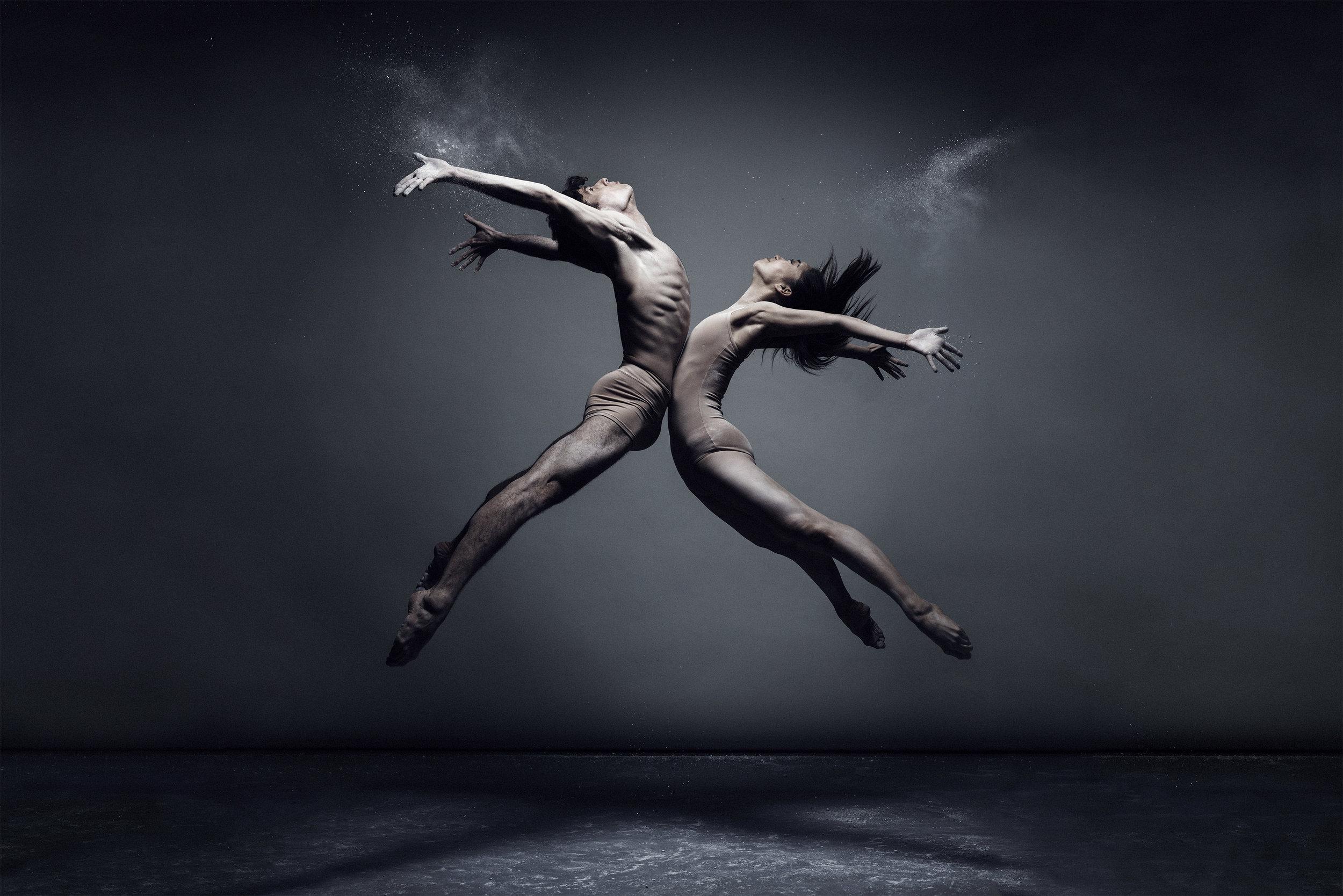 I baletterna Noces/Agon/Våroffer är Igor Stravinskijs musik en gemensam nämnare. Kungliga Baletten presenterar mästerkoreograferna Angelin Preljocaj, George Balanchine och Maurce Béjart i tre tolkningar av Stravinskijs verk, där Våroffer banade väg för en scenisk och musikalisk revolution. Premiär/nypremiär 25 oktober. (Foto: Joel Rhodin)