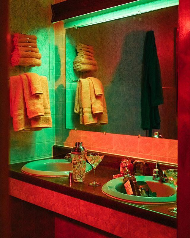 Motel vibes. Styled by @piliweeber - - - #motels #rentalmagazine #somewheremag #somewheretravel #onbooooooom #colorlights #cocktails🍹 #cinematicphotography #artdepartment #productiondesign