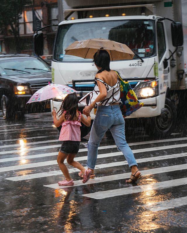City downpour - - - #what_i_saw_in_nyc #newyorkcityphotography #streetshots #rentalmagazine #somewheremag #somewheretravel #onbooooooom #downpour