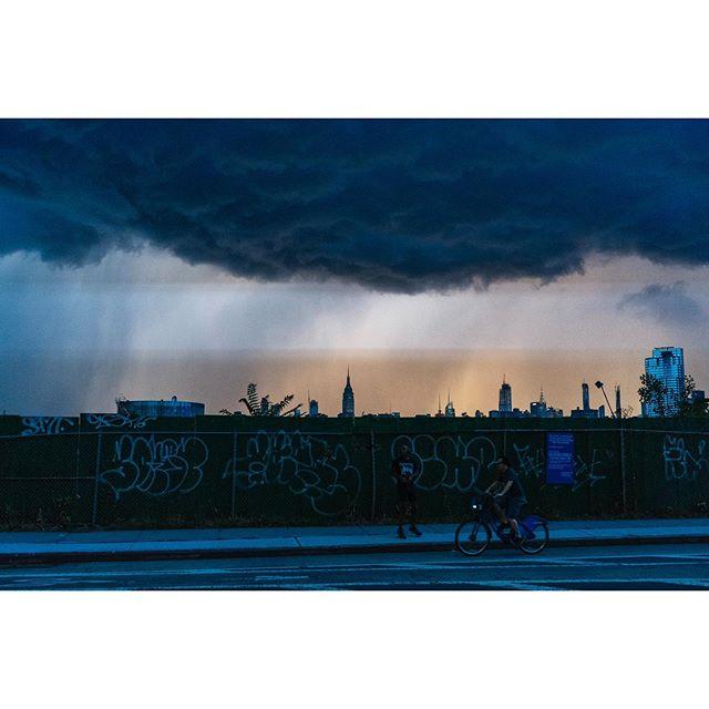 👽 The sky tonight part 2 👽 - - - #greenpoint #cityskyline #cinematicphotography #greenpointers #yeswilliamsburg #onbooooooom #rentalmagazine #somewheremag