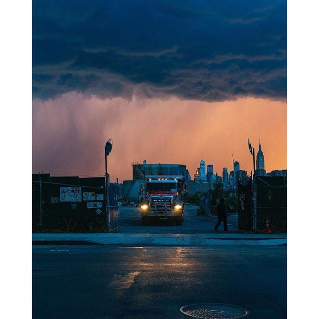 The sky tonight part 1. - - - #what_i_saw_in_nyc #yeswilliamsburg #greenpoint #greenpointers #timeoutnewyork #onbooooooom #rentalmagazine #somewheremag