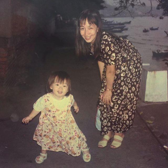 🌹 #mothersday . . . . 据說這張照片背後的故事是,我暈車吐了我和我媽一身,兩個人臨時買了衣服,拍了這張照片(。)