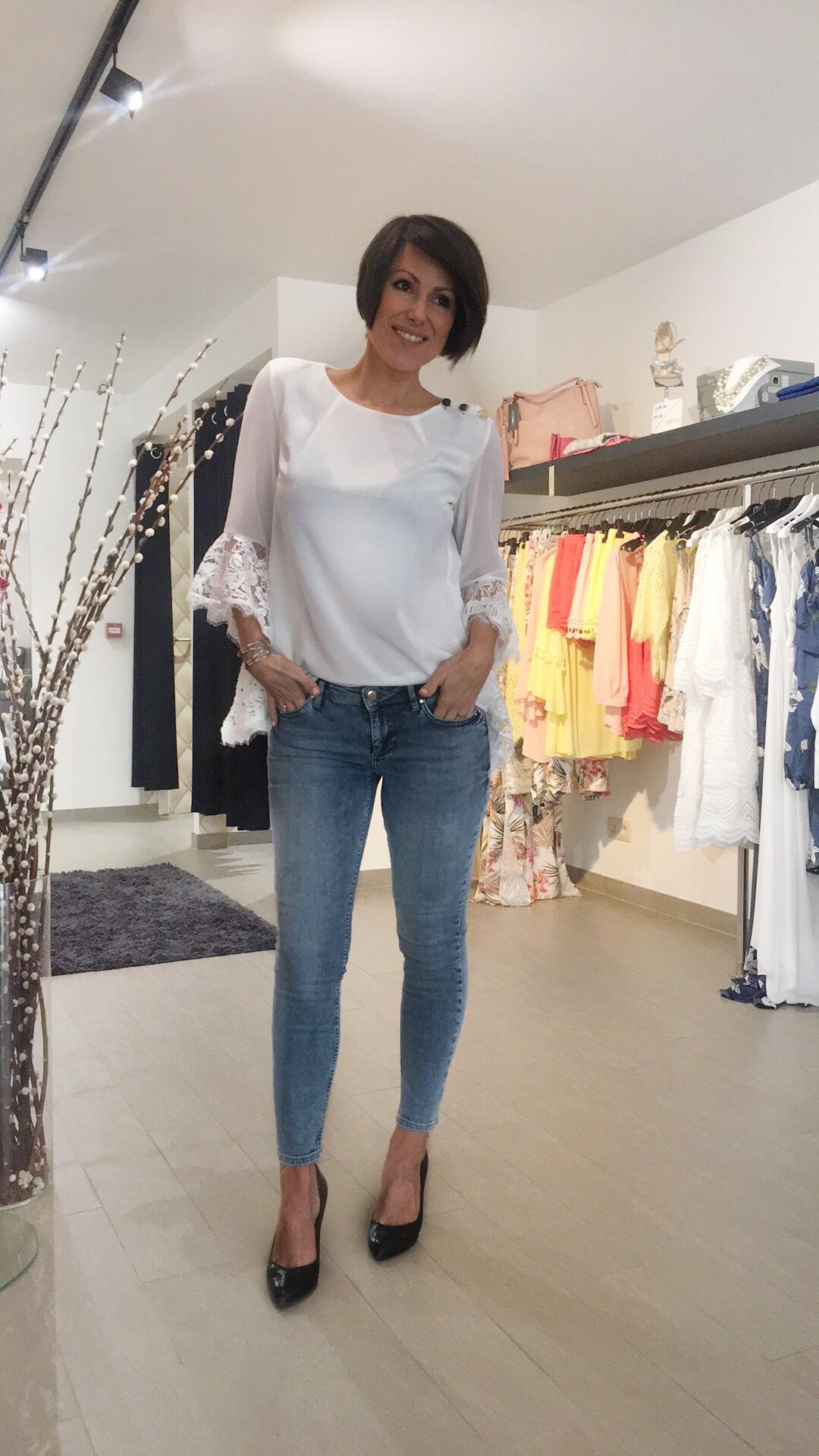 De jeans heeft een middelhoge taille en een speciale mid blue wassing…  De zilveren armband is ook verkrijgbaar in de winkel (€29,00)