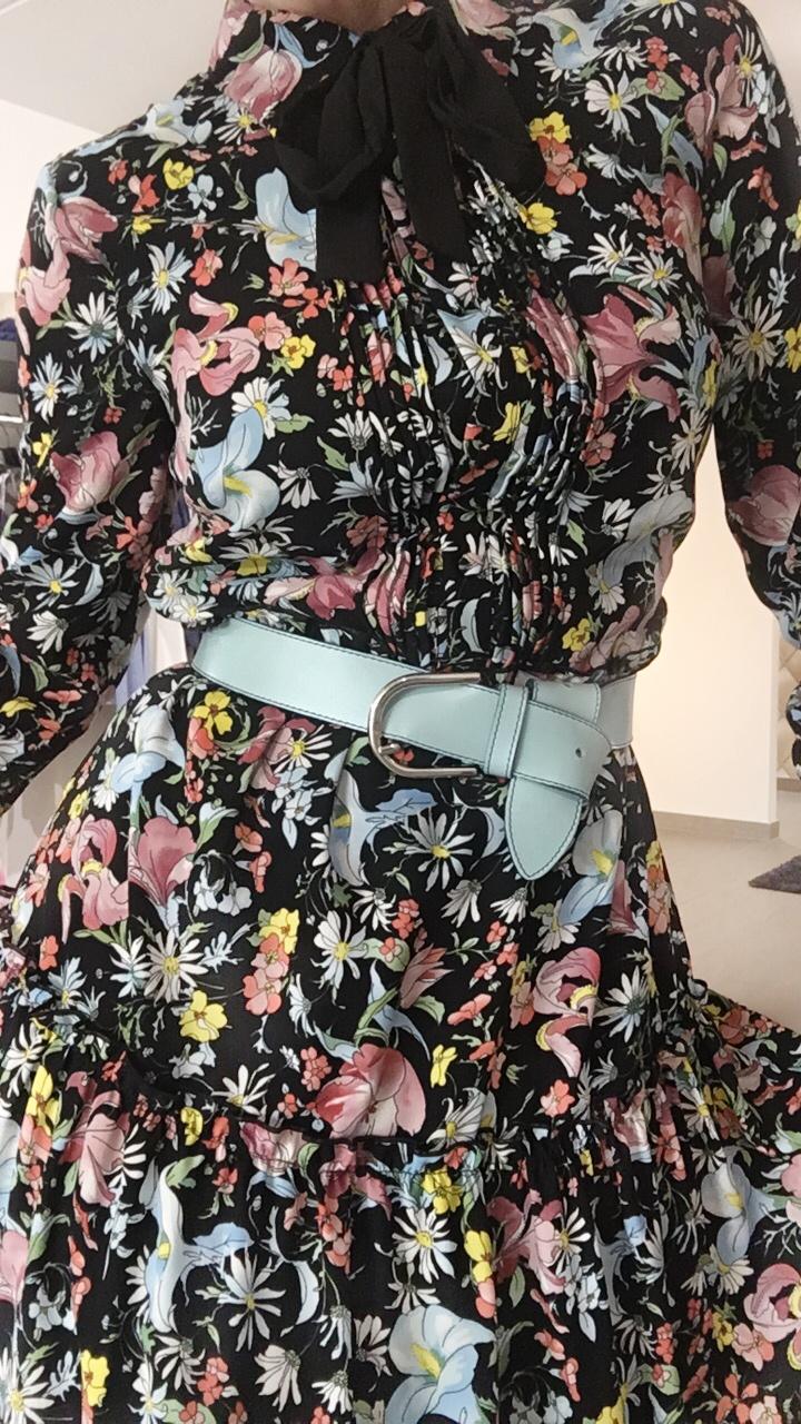 De riem is niet inbegrepen bij de jurk, maar hier kan je eigenlijk verschillende kleuren riem op steken door de verschillende kleuren bloemen ofwel een zwarte zoals de strik.