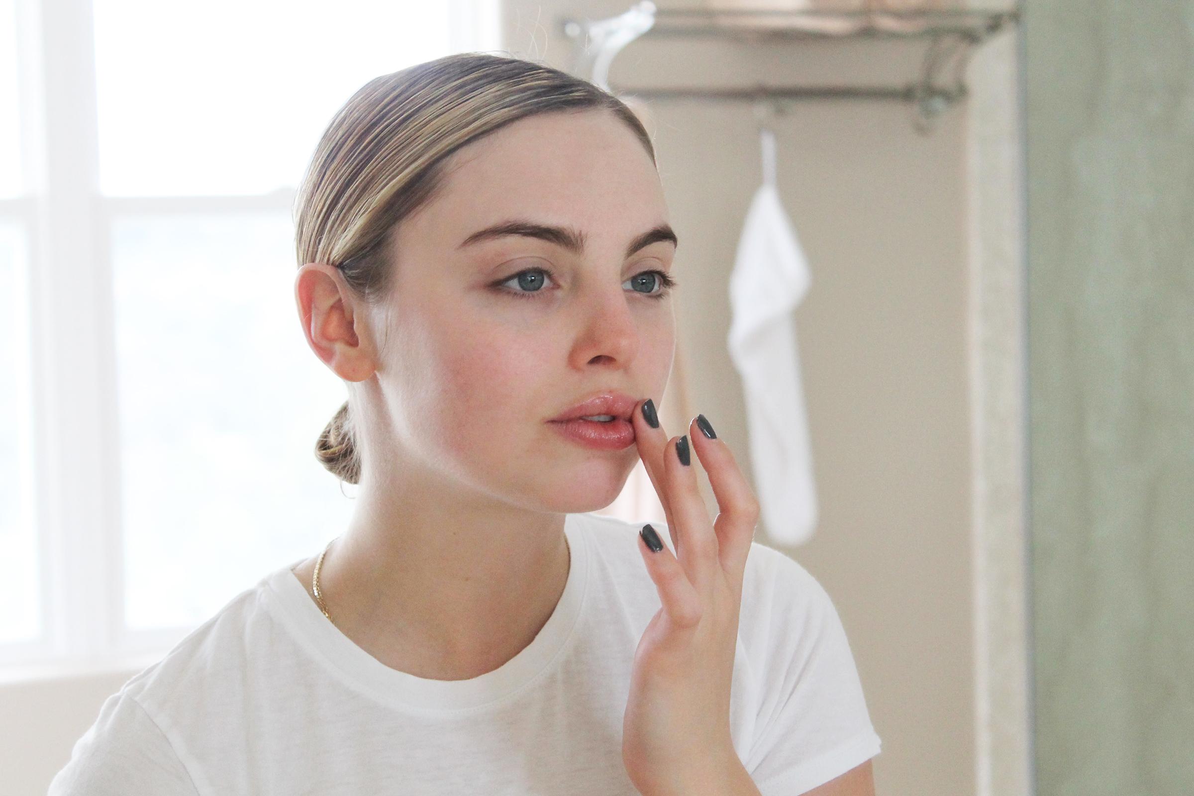 Applying the lip serum
