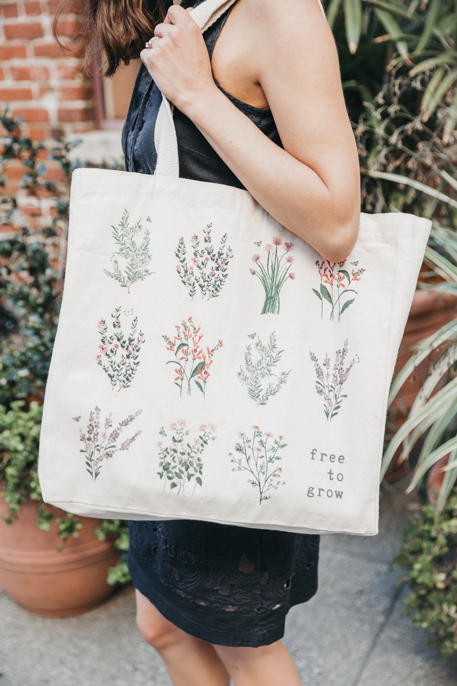The Tote Project farmer's market tote // A Week Of Bright & Bold Ethical Outfits With Michelle Chavez From Michelle For Good on The Good Trade