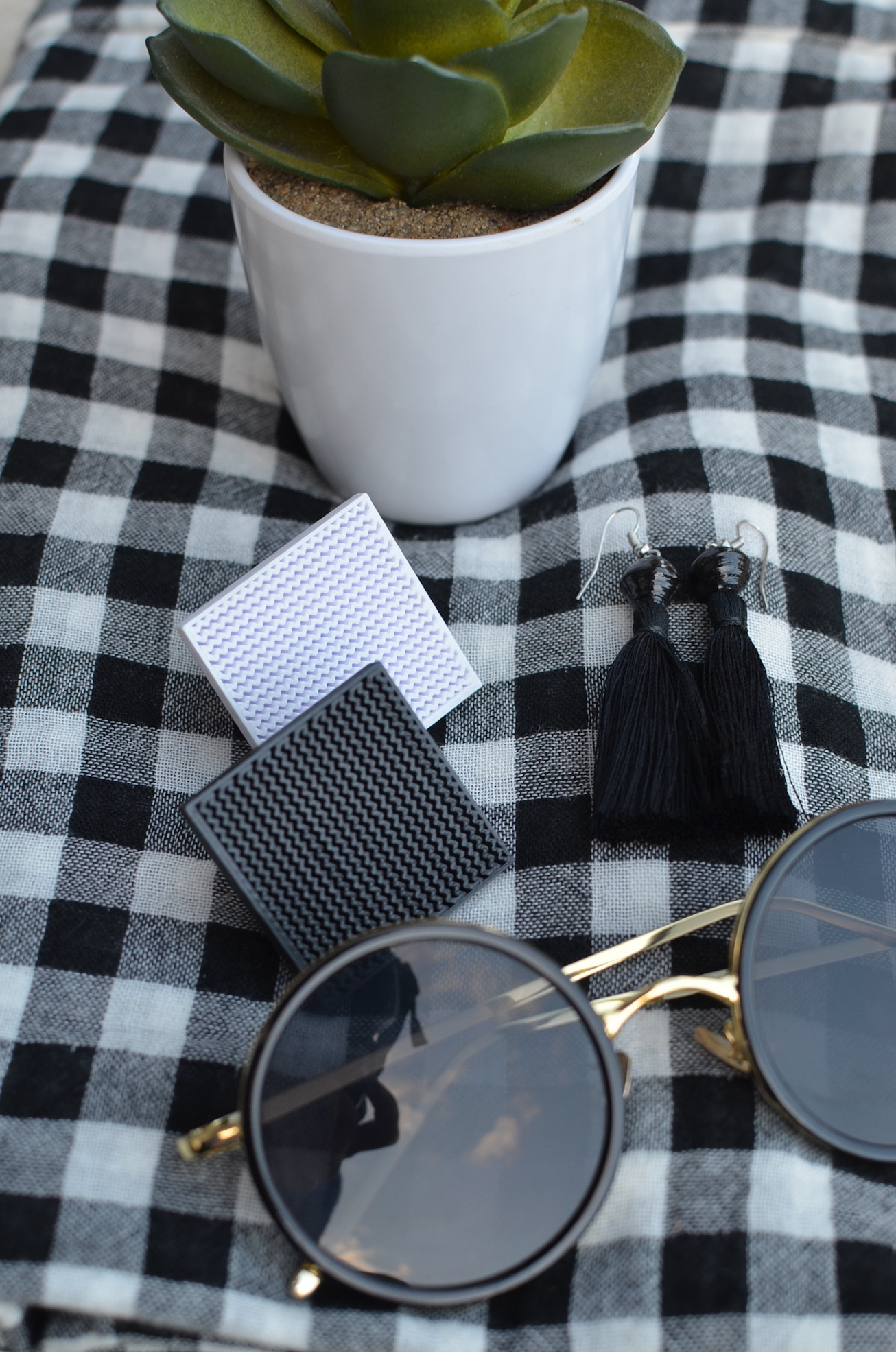 Geometric black and white accessories // A Week Of Elevated Classic Outfits With Deborah Gates From Stylish Murmurs on The Good Trade