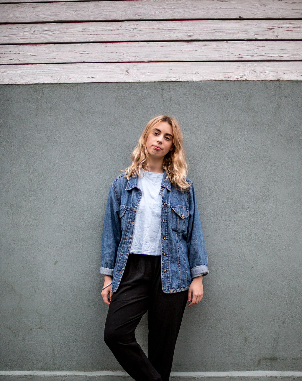 Causal denim jacket outfit // A Week Of Vibrant & Global Outfits With Francesca Willow From Ethical Unicorn on The Good Trade