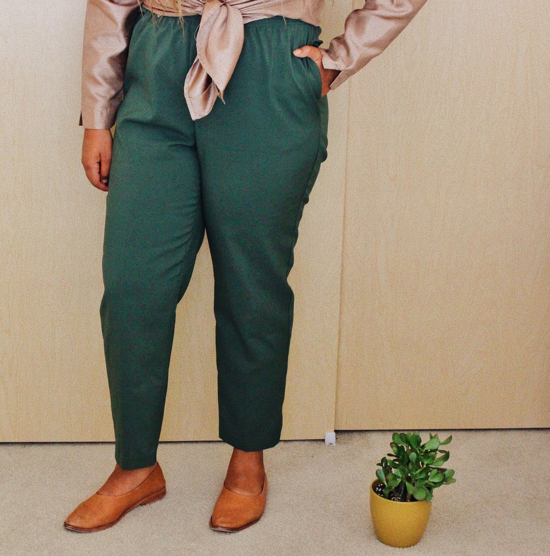 Green thrifted pants for a colorful minimalist outfit // A Week Of Boho Minimalist Outfits With Deborah Shepherd From Clothed In Abundance on The Good Trade
