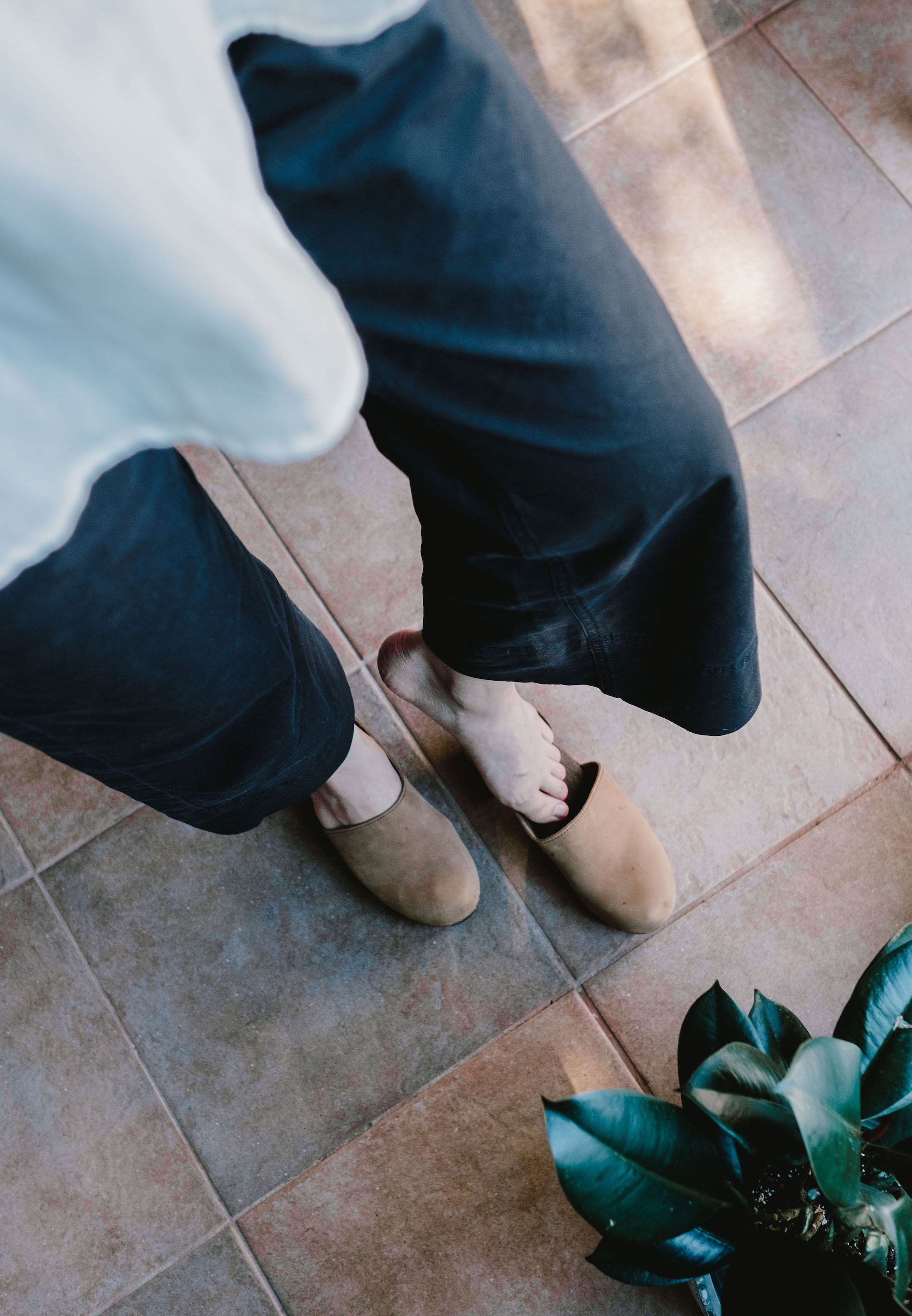 Minimalist Clogs // Week Of Outfits With Candice Tay On The Good Trade