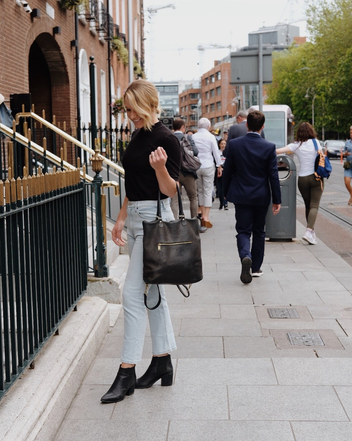 Minimalist travel outfit ideas // A Week Of Minimalist Travel Outfits With Ellie Hughes From Selflessly Styled on The Good Trade