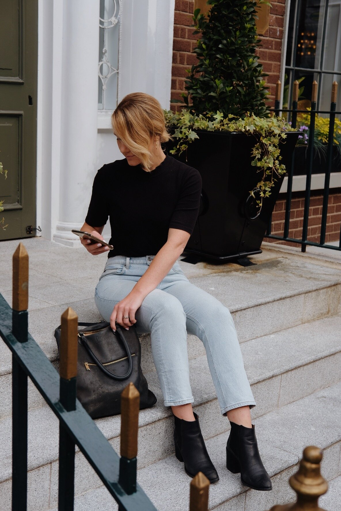 On-the-go travel outfit idea // A Week Of Minimalist Travel Outfits With Ellie Hughes From Selflessly Styled on The Good Trade