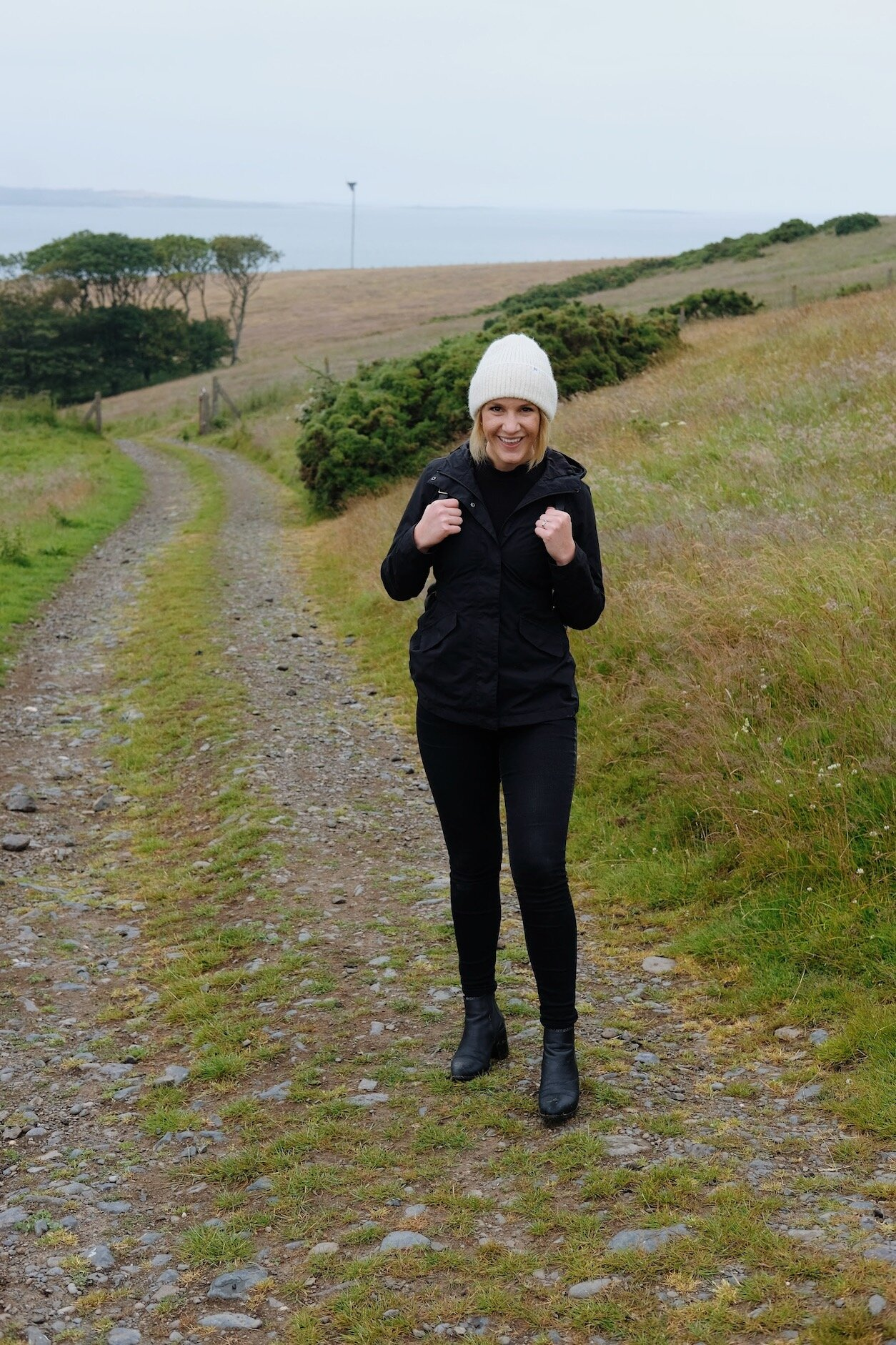 Stylish hiking outfit // A Week Of Minimalist Travel Outfits With Ellie Hughes From Selflessly Styled on The Good Trade