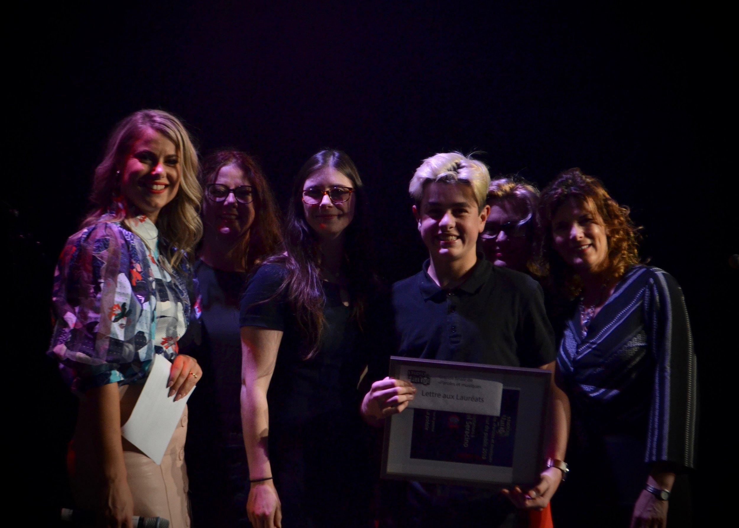 Mikael Seracino, Auteur du texte la poésie. Prix remis par Mesdames julie Lepage, France Chouinard, Maryline Ouellette et Julie Vincent de l'école Cap Jeunesse