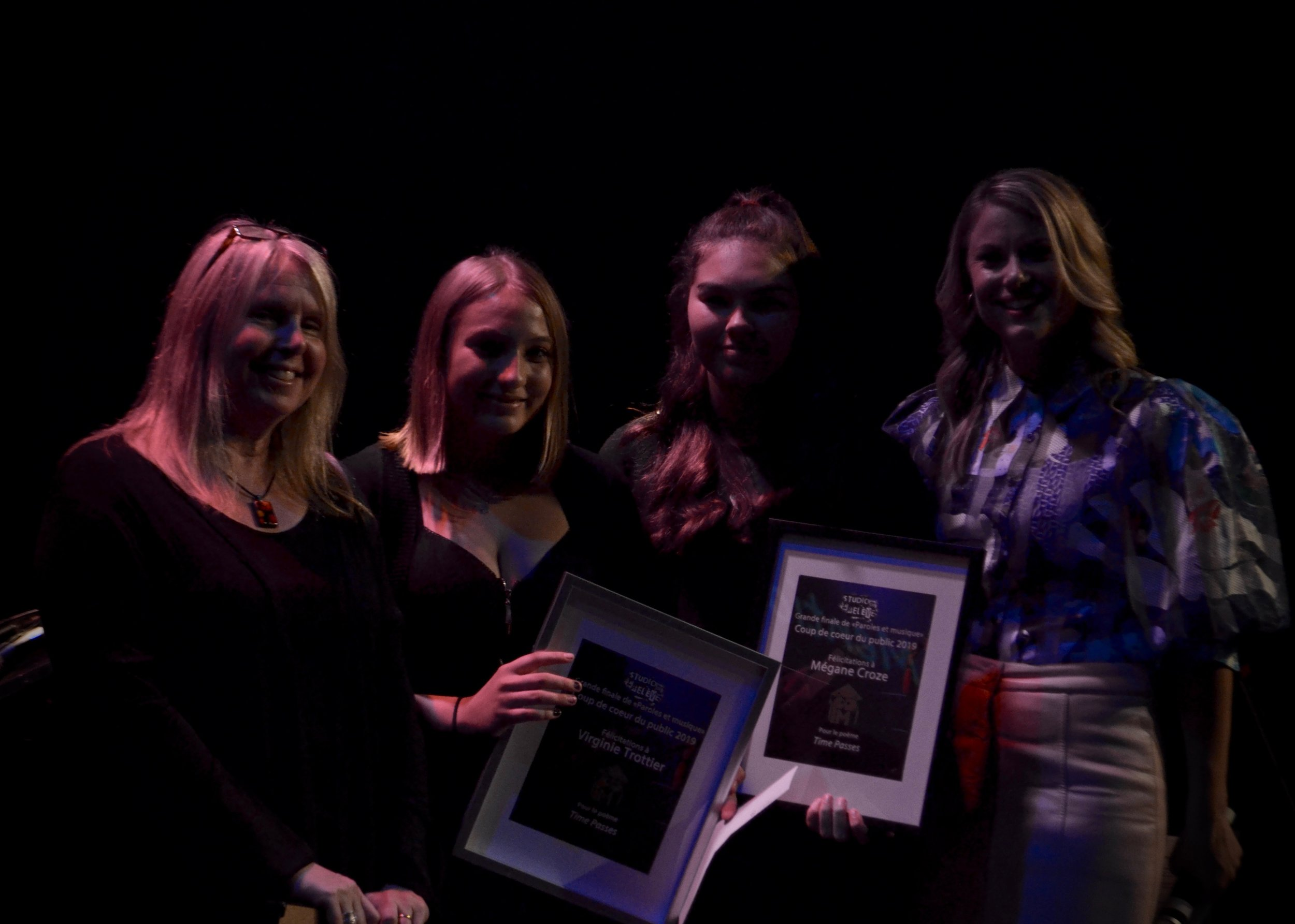 Mégane Croze, Jessica Gravel, Virginie Trottier auteures du texte Time passes. Prix remis par Judith Bisaillon, enseignante à la Polyvalente Deux-Montagnes