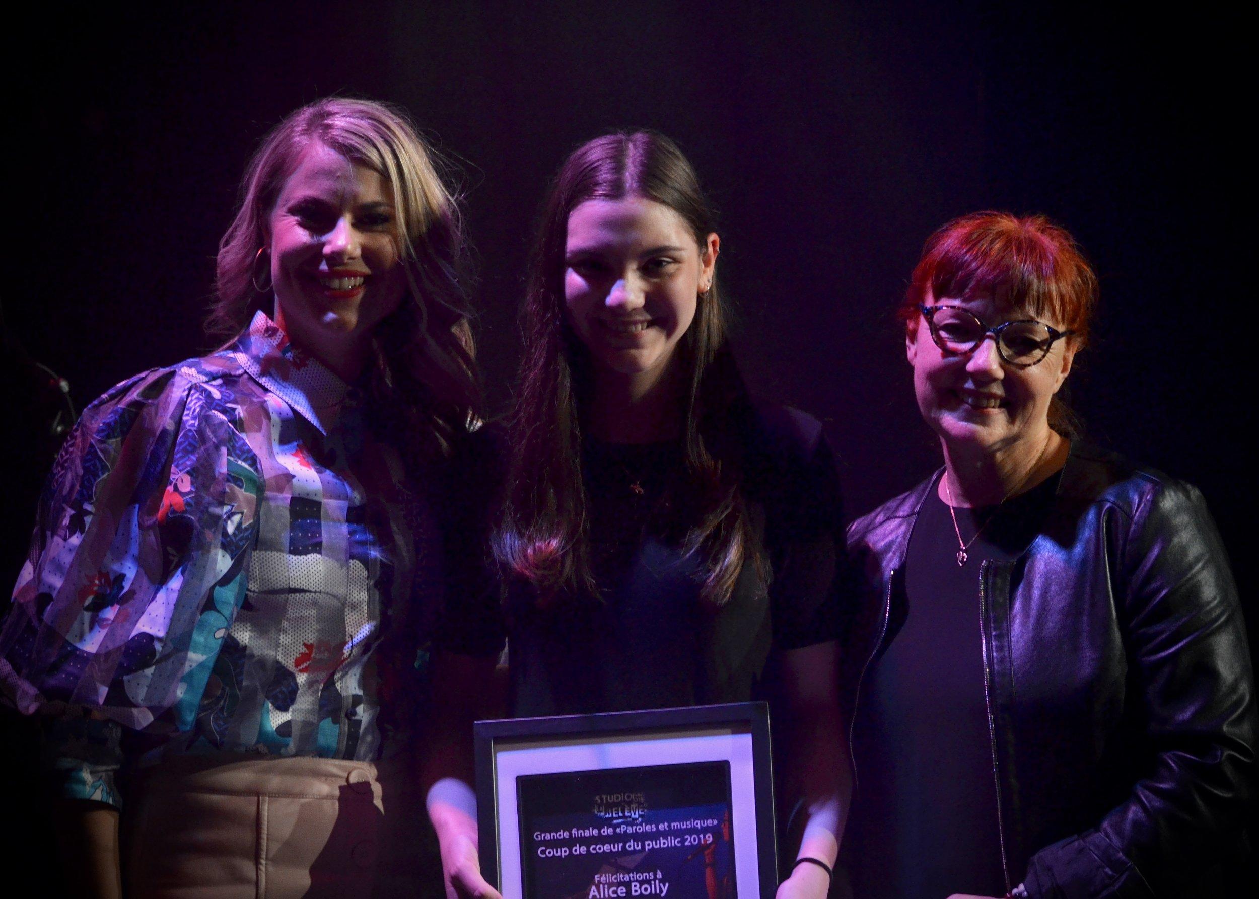 Alice Boily, Auteure du texte Libère-moi. Prix remis par Mme Monique Mekkelholt, enseignante à la Polyvalente Ste-Thérèse