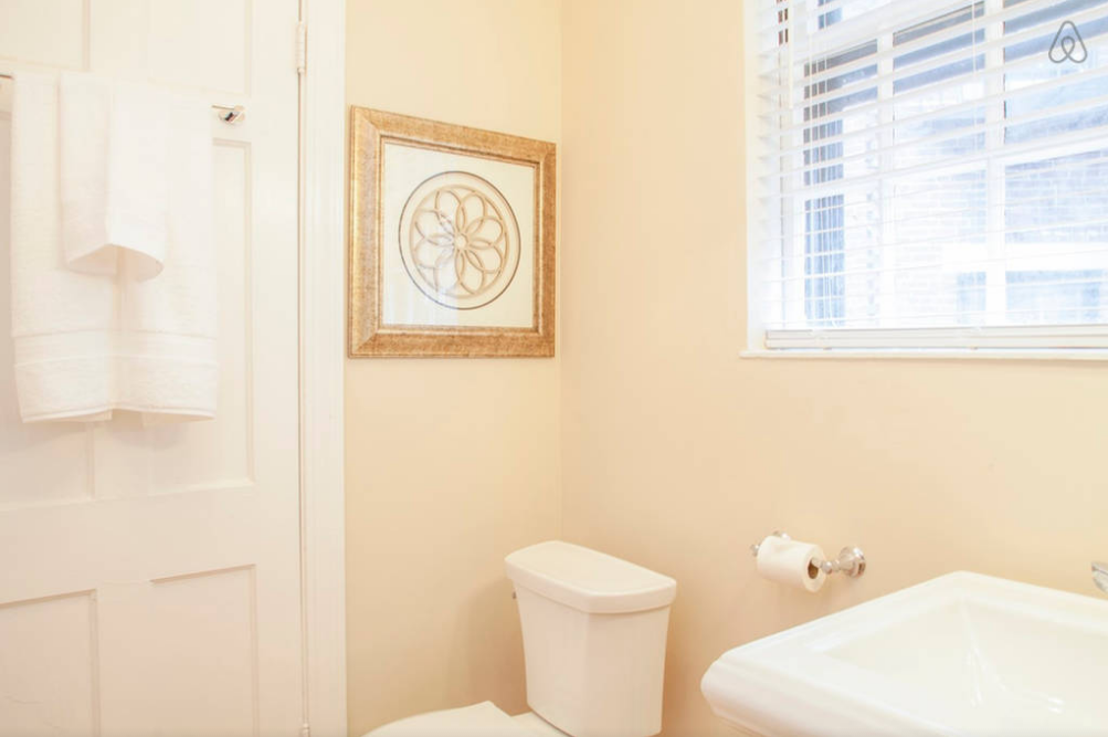 CH1_Full_Bathroom_1_airbnb.png