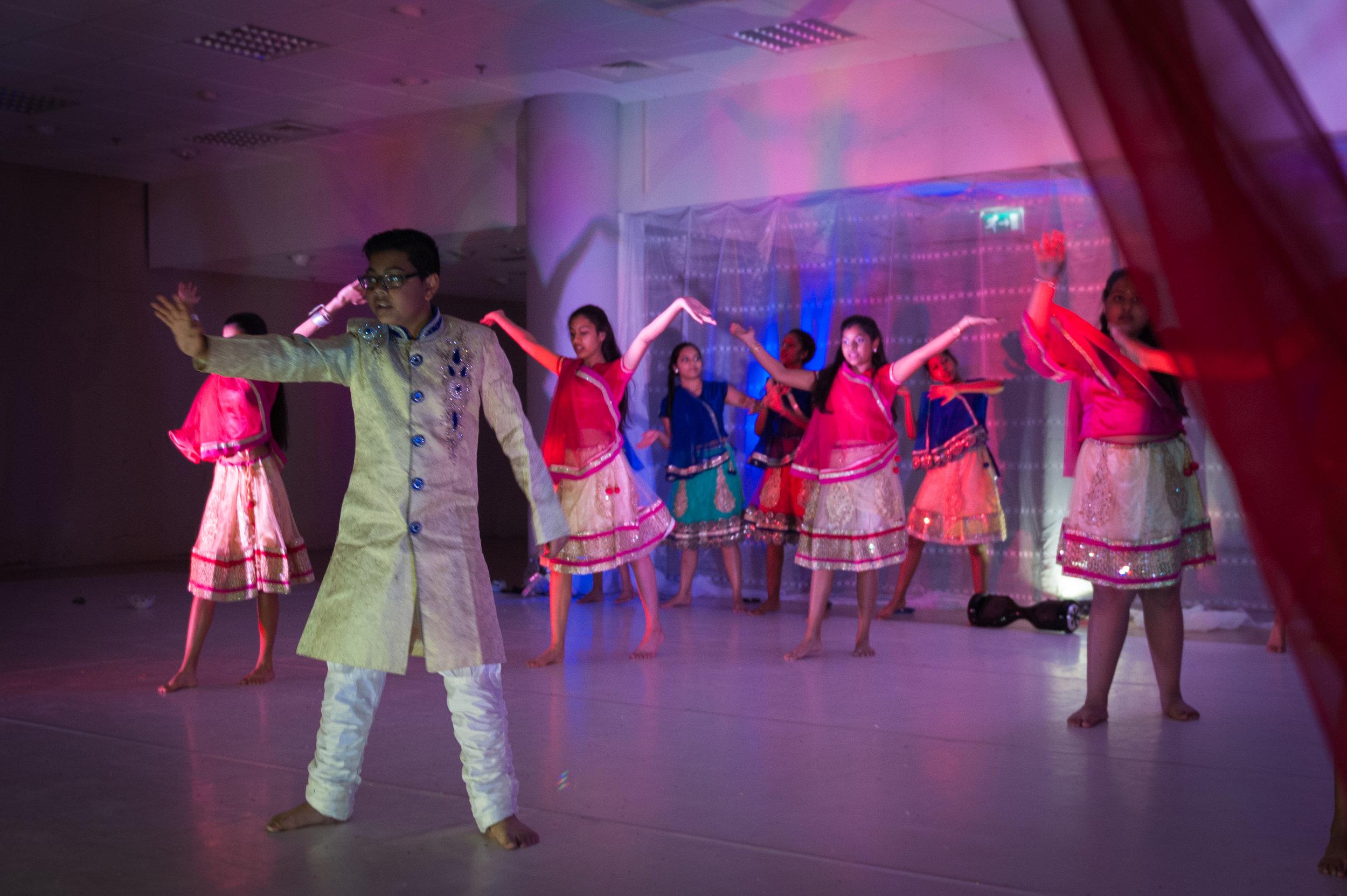 Bollywood dansgroep  Desi Rhythms tijdens de wandelvoorstelling '2089'.
