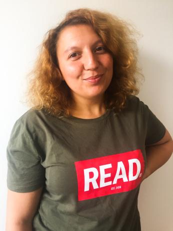 Miriam Mikkers, met een t-shirt van de READ community aan.