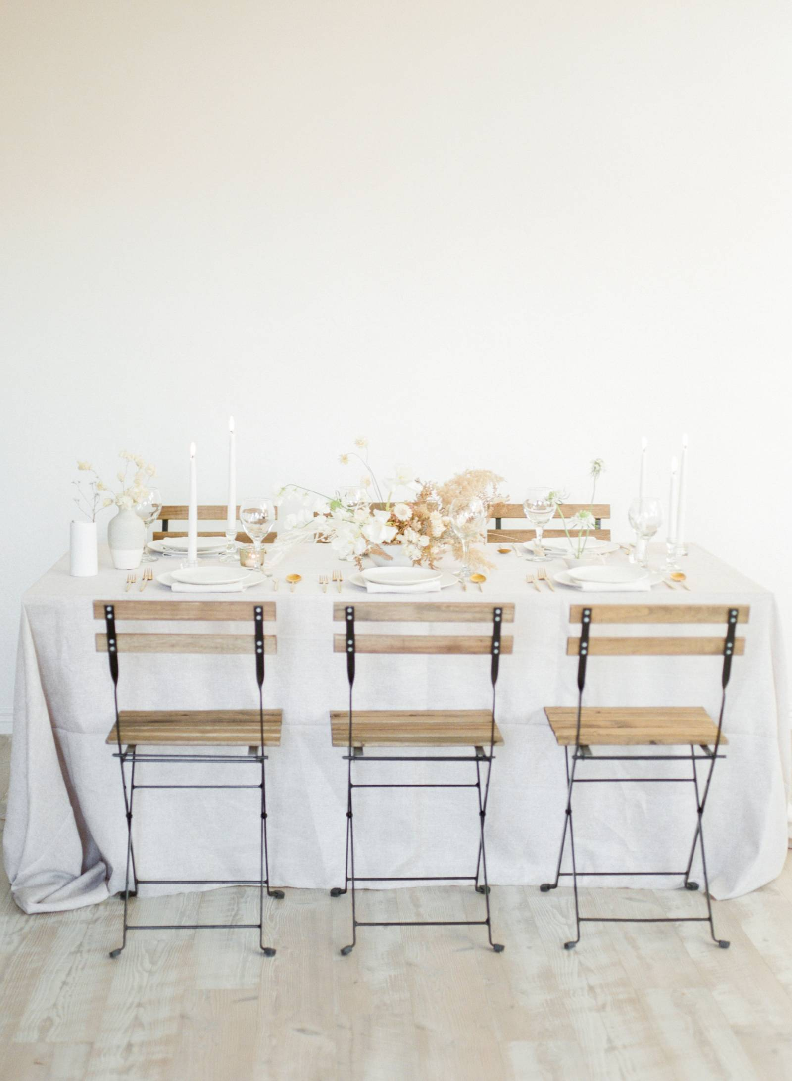 simple, white, and aesthetic wedding tablescape inspo with special table linens