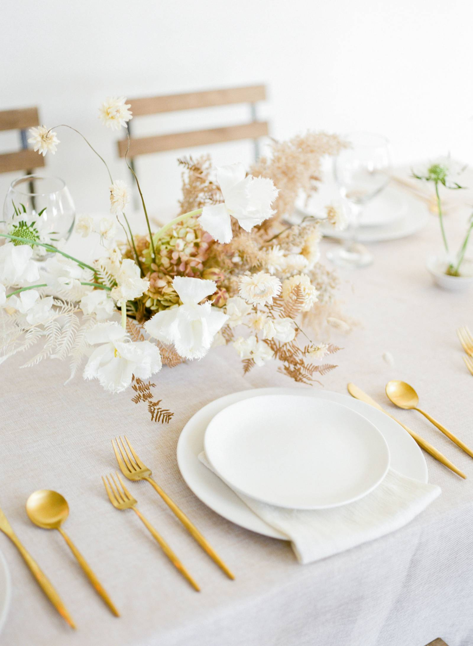 simple aesthetic and minimalist wedding tablescape idea using pretty florals and gold tableware