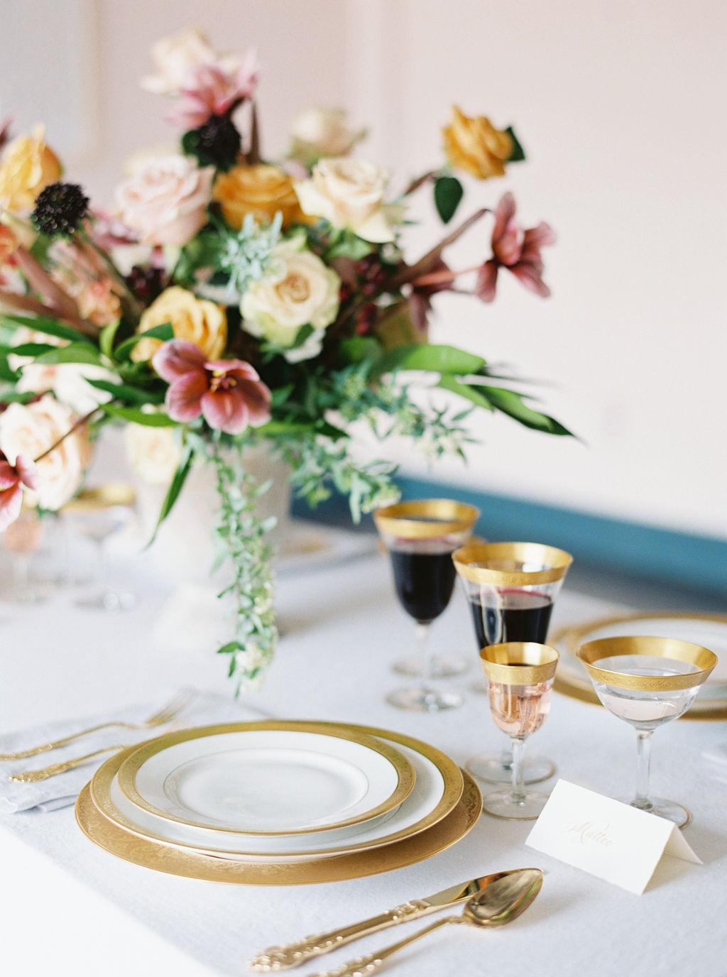 Simple and elegant wedding tablescape idea