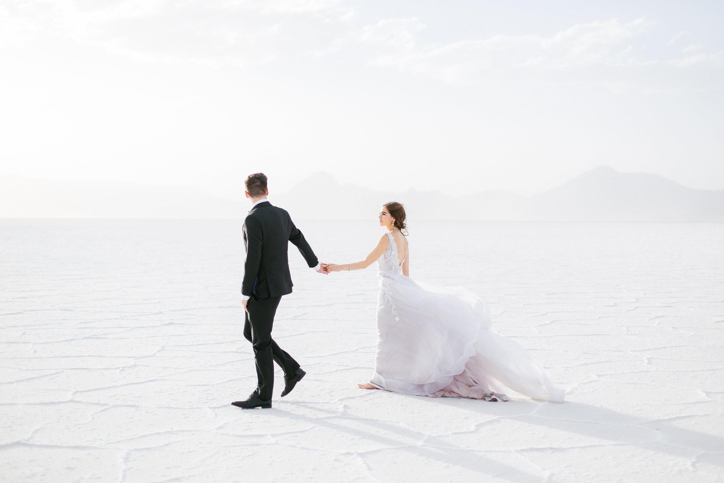 beautiful minimalist outdoor reception wedding couple photoshoot idea 2019