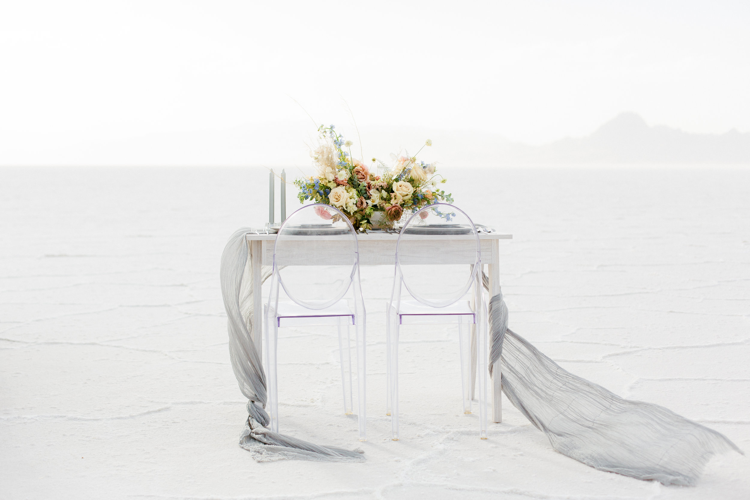 Modern wedding tablescape with flowy gauze table runner for 2019 outdoor wedding trends