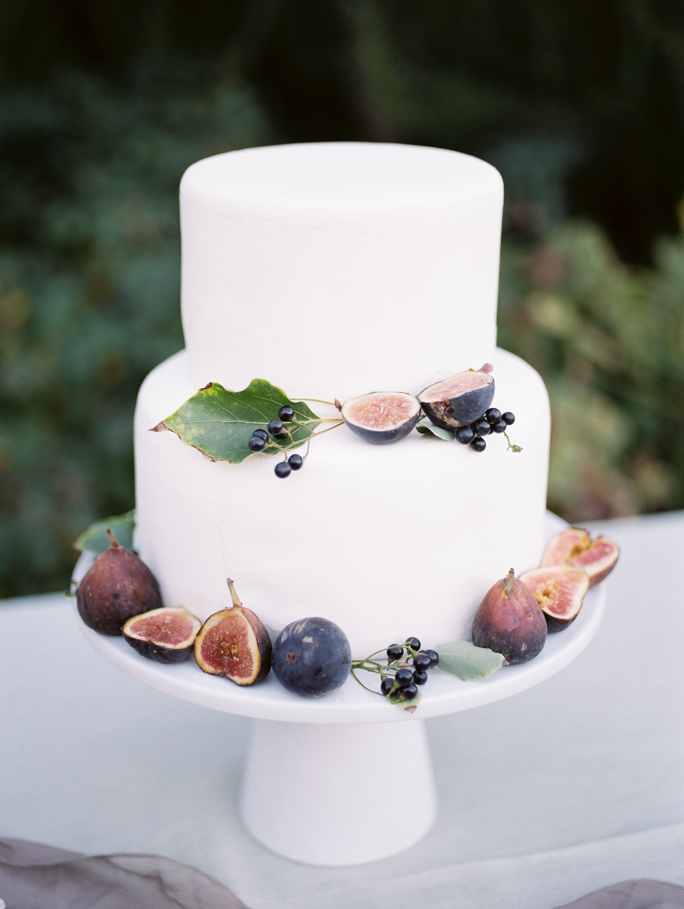 minimal and modern fall inspired white cake design with white cake stand