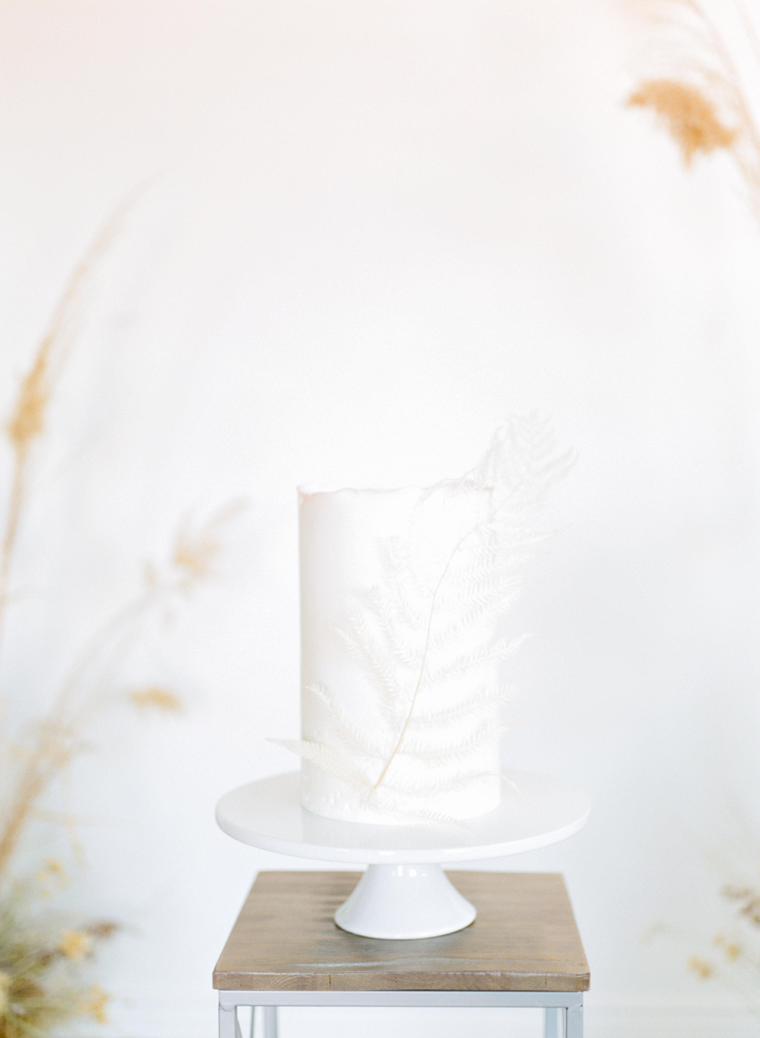 minimalist wedding cake table idea with white cake stand