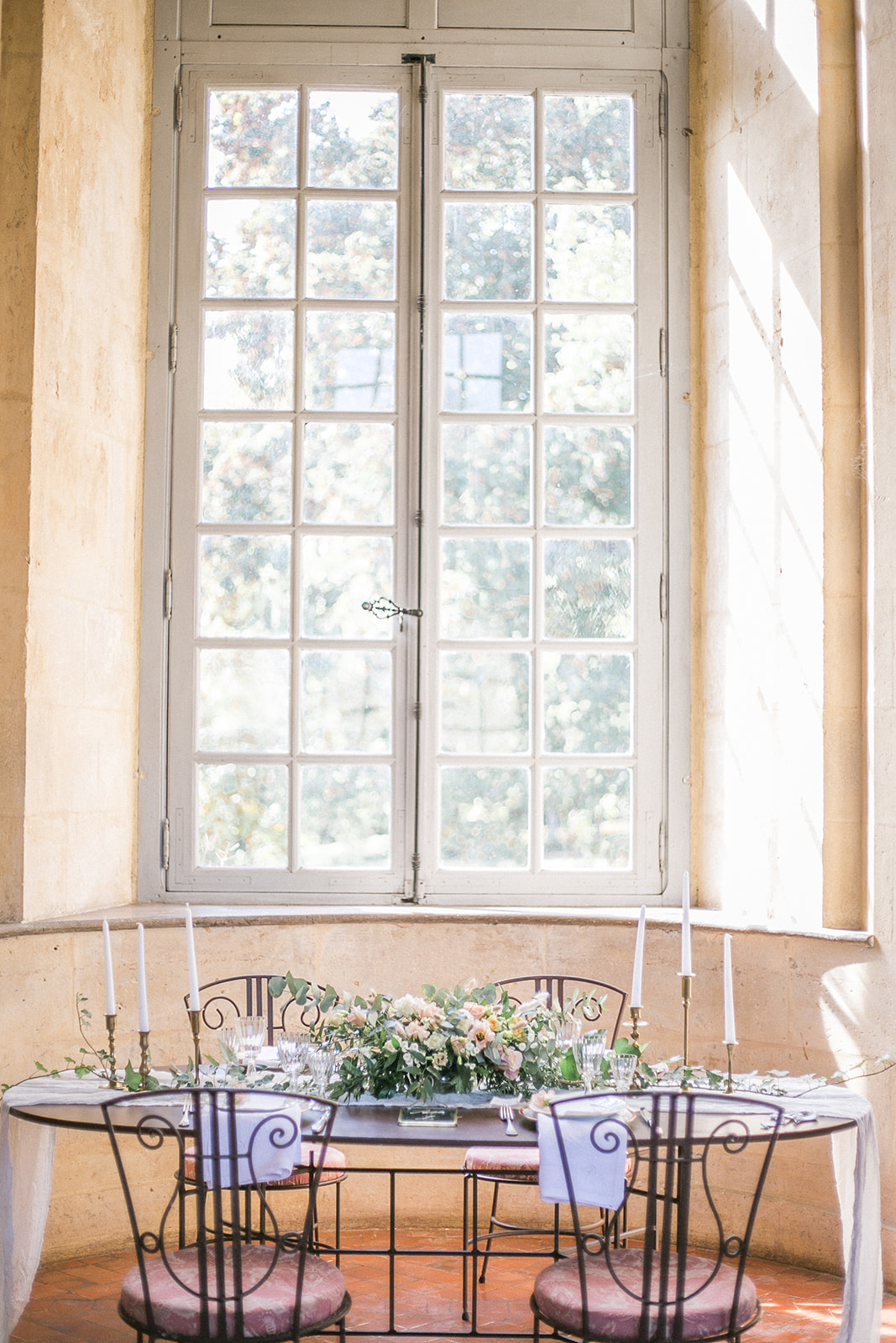 simple and elegant wedding table idea with gauze table runners for french inspired weddings