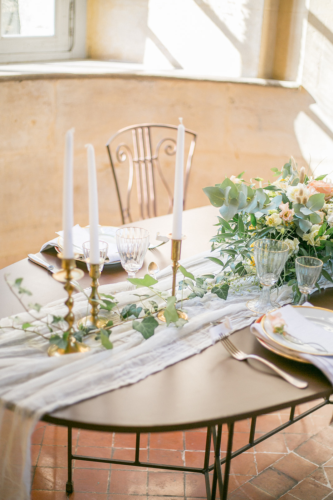 gorgeous gauze table runners for classic and simple indoor wedding tablescape
