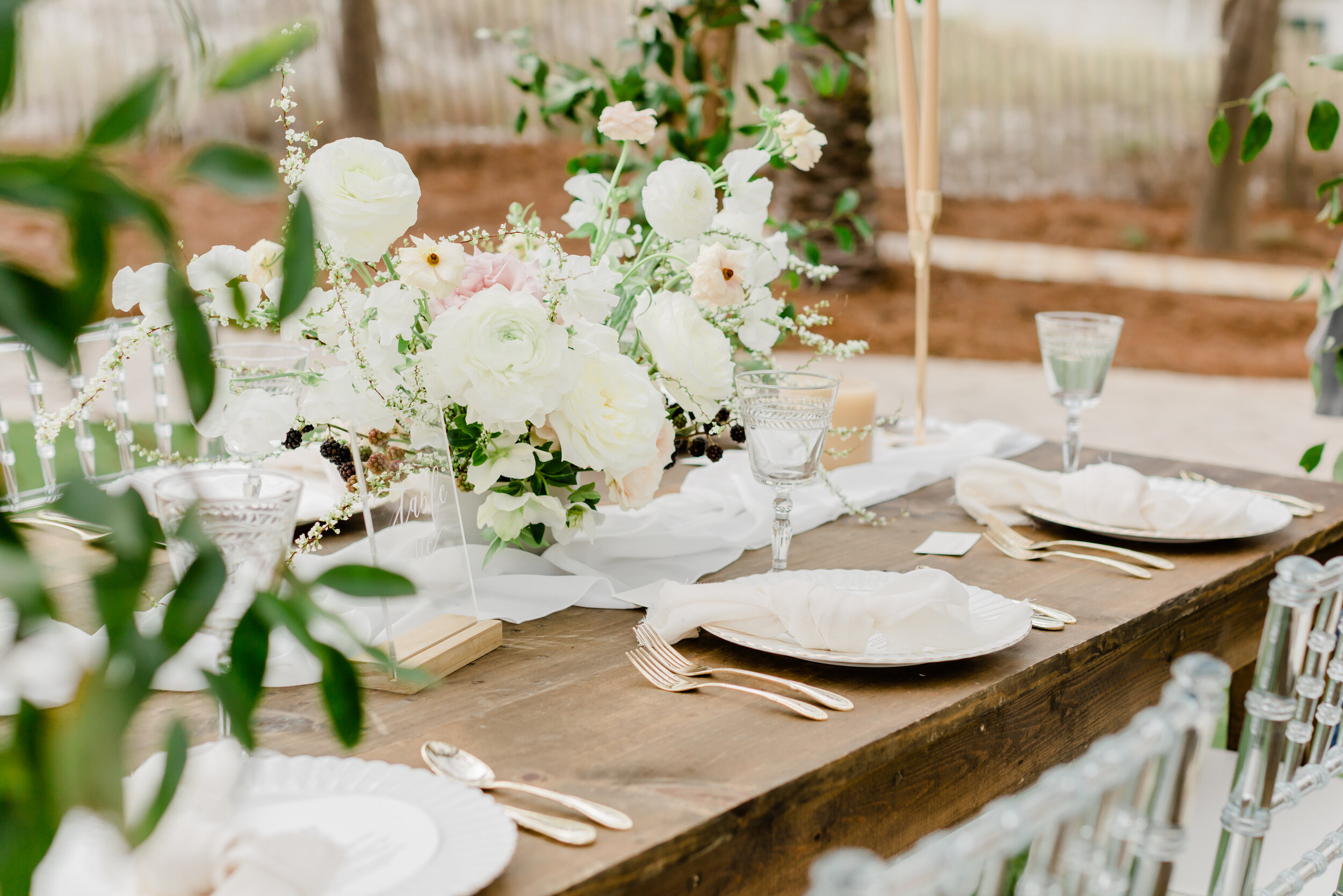 dreamy and simple outdoor wedding tablescape goals | Wedding Trends 2019