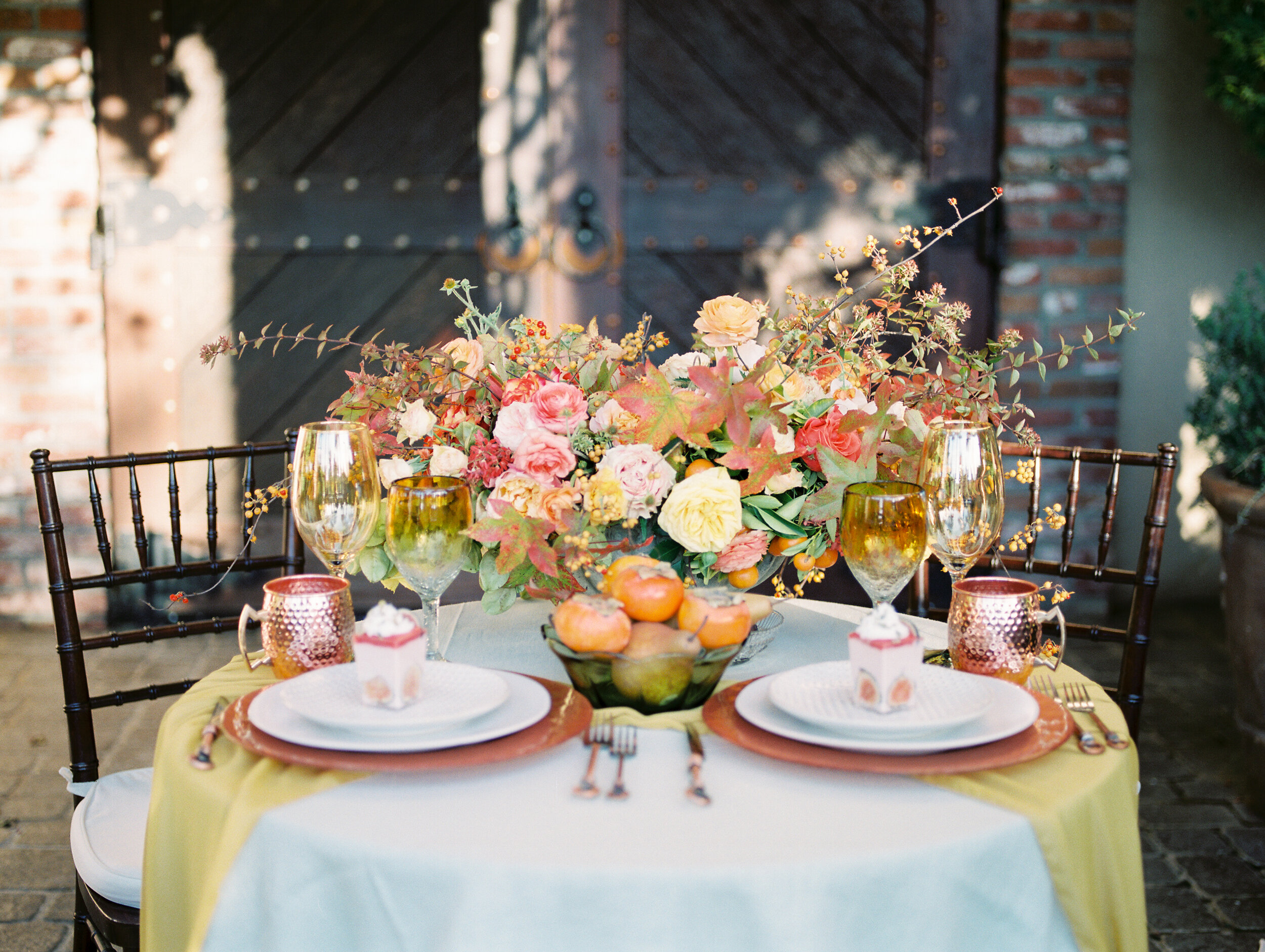 beautiful outdoor fall wedding tablescape inspo with gorgepus table linens