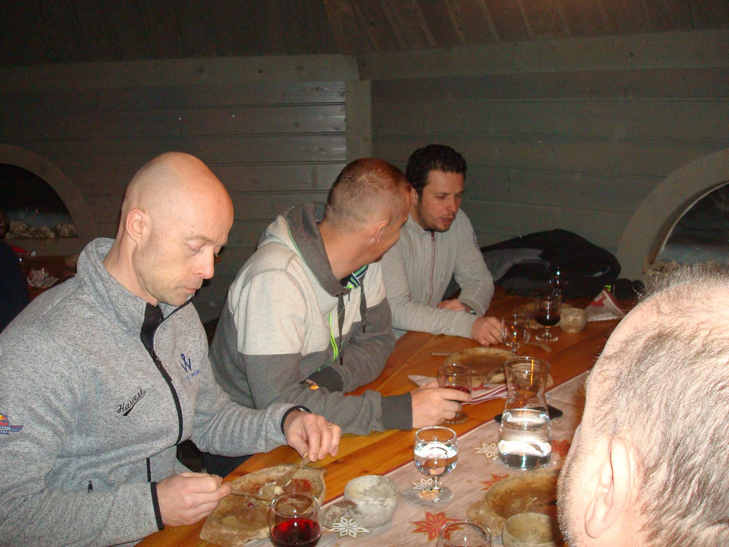 ...sekä Atte Varsta (tallipäällikkö) ja ranskalaiset Guerlaine Chicherit ja Stephane Orre (tiimin omistaja ja kisainsinööri