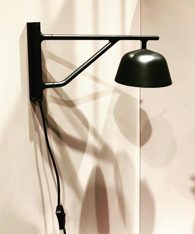 Ambit Wall Lamp  - 具當代設計巧思和摩登氣質,Ambit Wall Lamp 燈臂軸可調整 120 度,壁燈的燈罩可以向兩側旋轉 60 度, 讓光線範圍有更多選擇性。為臥室、廚房或走廊帶來精緻的光線。