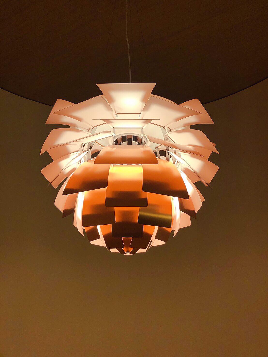 125 週年 PHARTICHOKE - 慶祝 Henningsen 誕辰 125 週年推出 PH Artichoke in Copper Rose 特仕版,相較以往不同的是此款連內層都帶有 Copper Rose 色彩,不僅是提供了外觀上的一致色調,同時也為空間帶來了溫潤舒適的光源。