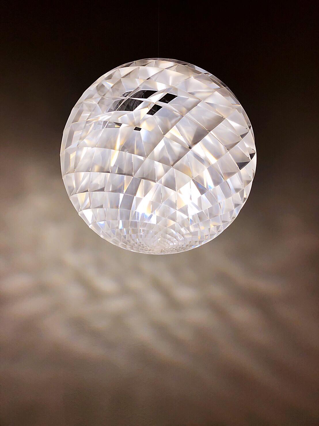 PATERA IN A SILVER FOIL FINISH   銀色版本的 Patera 讓空間散發耀眼光芒!設計師 Slaatto 從極簡主義走向輝煌華麗,卻完美保留自然光源,讓空間帶來一種雄偉的氛圍。絢麗的光芒,由原本的PVC覆上銀箔製成,在光線和陰影間交織成輝煌的構圖。