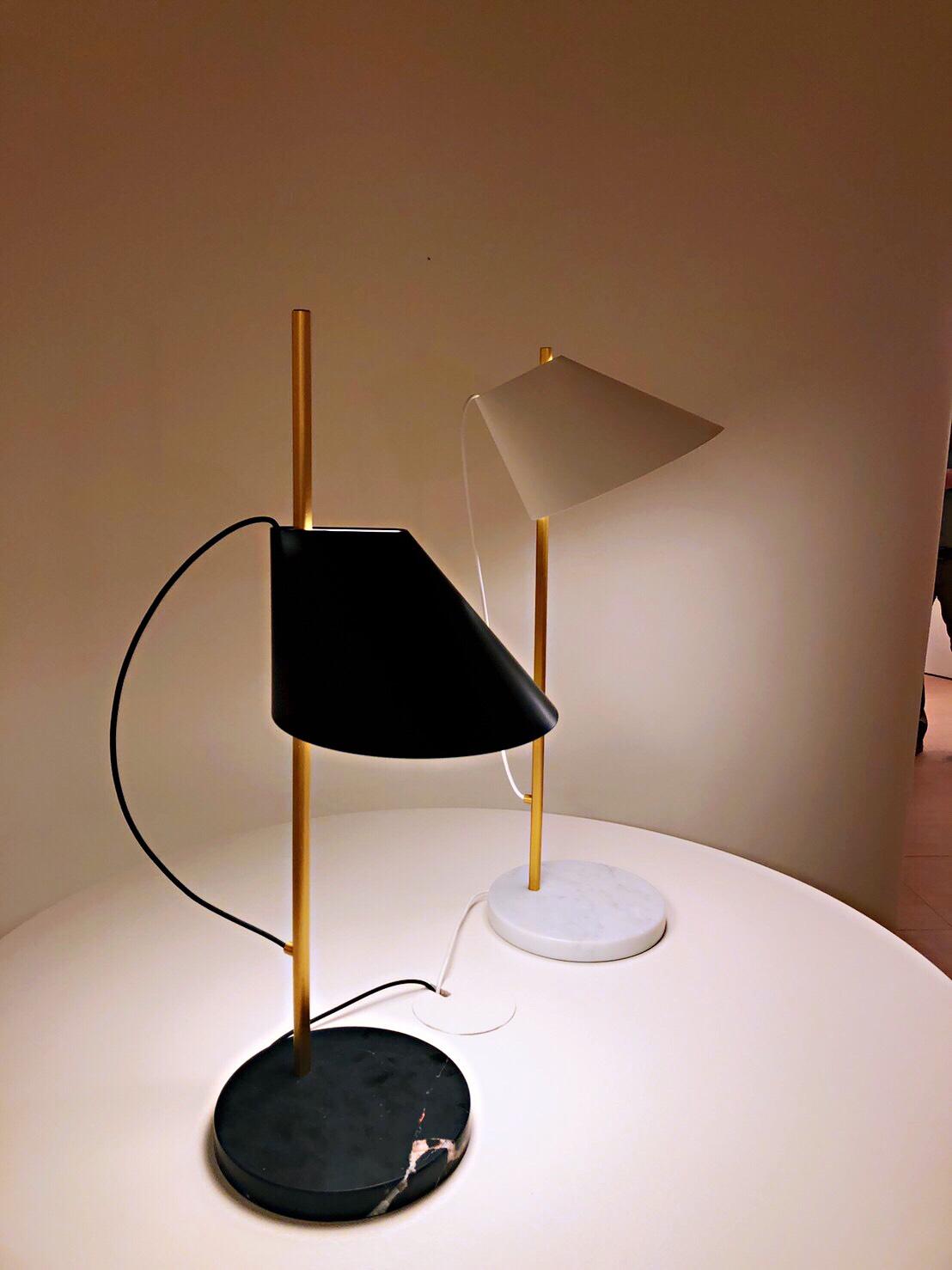 YUH 大理石底座 桌燈 / 立燈 - 新材質新感受!YUH 的直接無眩光的向下光源,可調節角度讓光源更能符合需求,頂部也提供柔和的向上照明,光源的縮放間,個性化成就了燈光的靈活性。