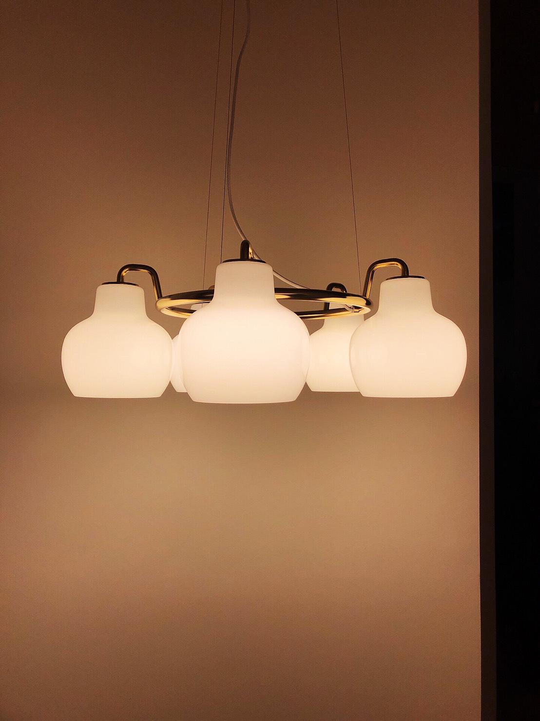 VL Ring Crown 吊燈 / 壁燈 - 以設計師 Vilhelm Lauritzen 之名,蛋白石玻璃燈罩弧線串連出線性的柔美,線戒冠狀框架點綴奢華黃銅,仿若聖潔的鈴蘭。未經氧化處理的黃銅材質會隨著時間出現令人驚喜的變化。