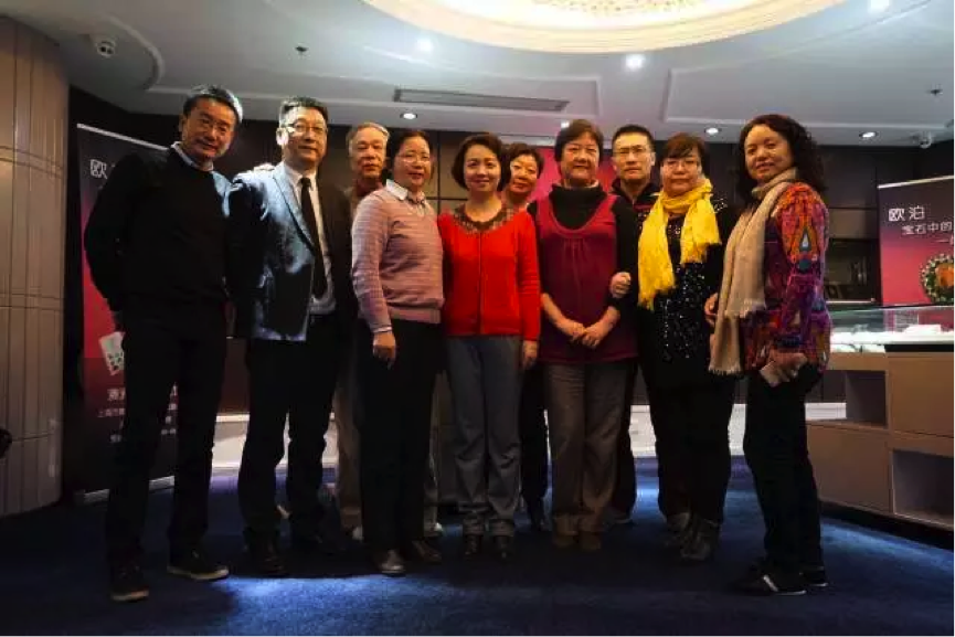 82  届同学和  数  学周  维  华老  师   (  左三  )