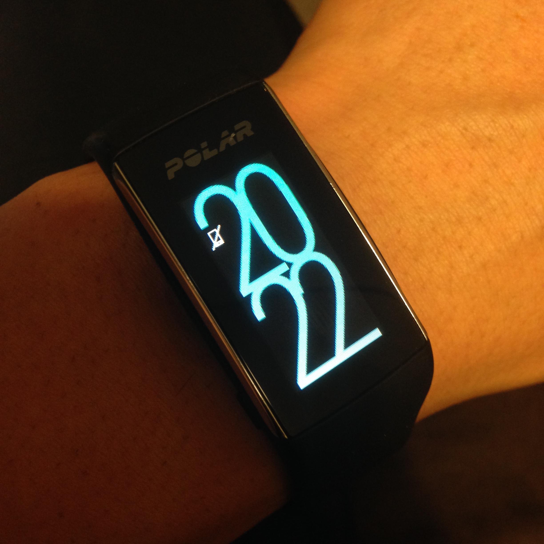 """Die Uhr kann im 12 bzw.24h-Format eingestellt werden. Das Ziel wird auch hier wieder farblich dargestellt. """"Blau"""" ausgefüllt bedeutet: Das Tagesziel an Bewegung wurde erreicht."""