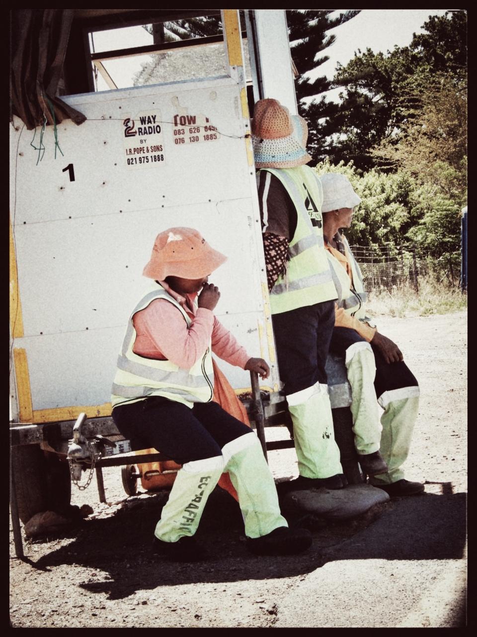 wegenwerkers zoeken beschutting tegen de hitte (35° C).