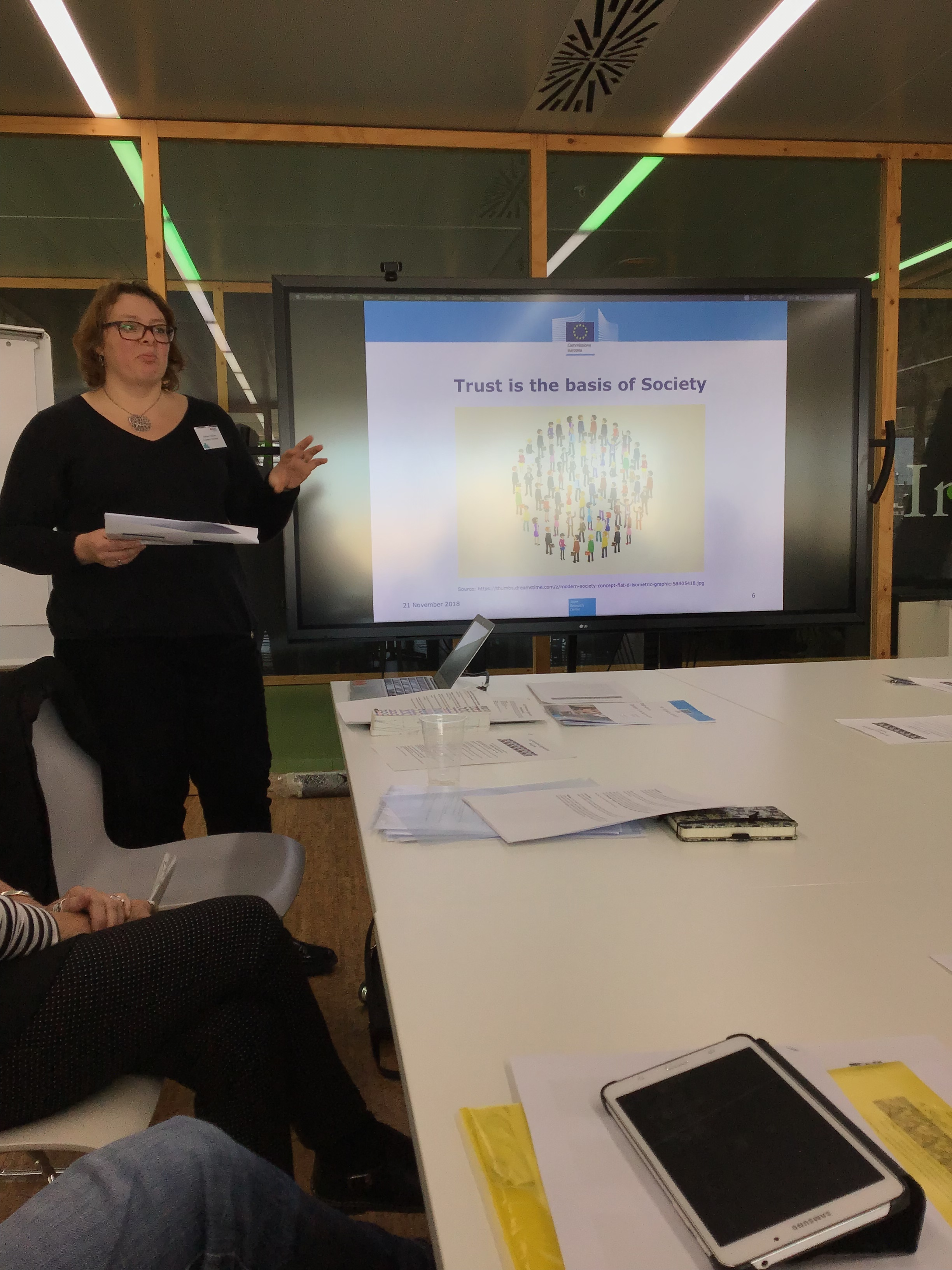 Stéphane Chaudron presenting her research at the JRC of the European Commision