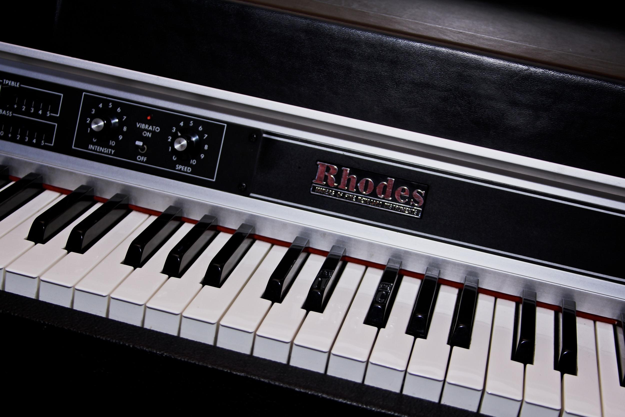 1970's Rhodes suitcase 73 (w/tremelo)