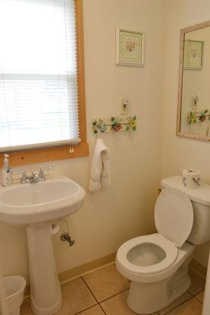 Lucky Horseshoe Cabin #20 - Interior Bathroom.JPG