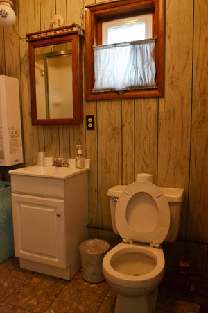 Lucky Horseshoe Cottage #16 - Interior Bathroom.JPG